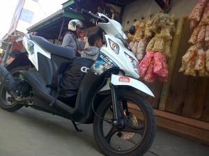 Suzuki Nex mampir beli oleh-oleh di Brongkos