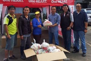 (ke3 dari kanan) Direktur PT DAW, Anwar Joesoef menyerakan bantuan paket sembako kepada (ke3 dari kiri) Kepala Kecamatan Sario, Dra. Tresje Mokalu di Manado, Sulawesi Utara